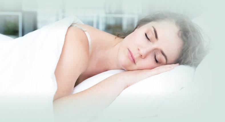 Vrouw slapend in buiklig